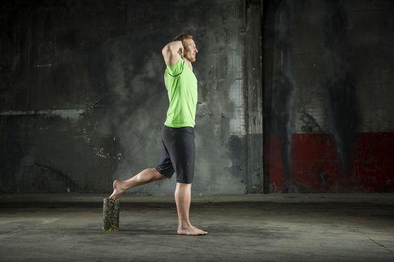EINBEINIGE KNIEBEUGE    Ausgangsposition: - die BLACKROLL® hochkant stellen - sich mit dem Rücken ca. 50 cm vor der Rolle positionieren - den Spann des linken Fußes auf die Rolle legen - die Arme im Nacken verschränken   Ausführung: - langsam und kontrolliert tief in die Hocke gehen - so weit absenken, bis sich der rechte Oberschenkel parallel zum Boden befindet - Seite wechseln