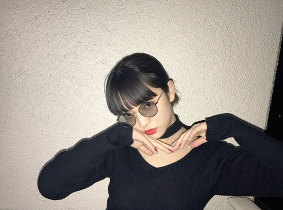 ブラックコーデの田中芽衣