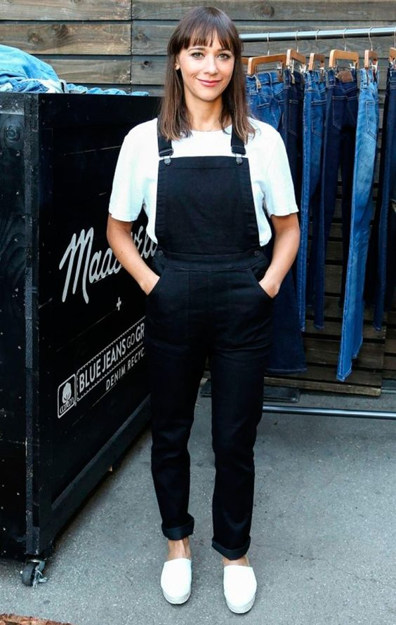 Street style look jardineira preta jeans, camiseta branca e tênis.:
