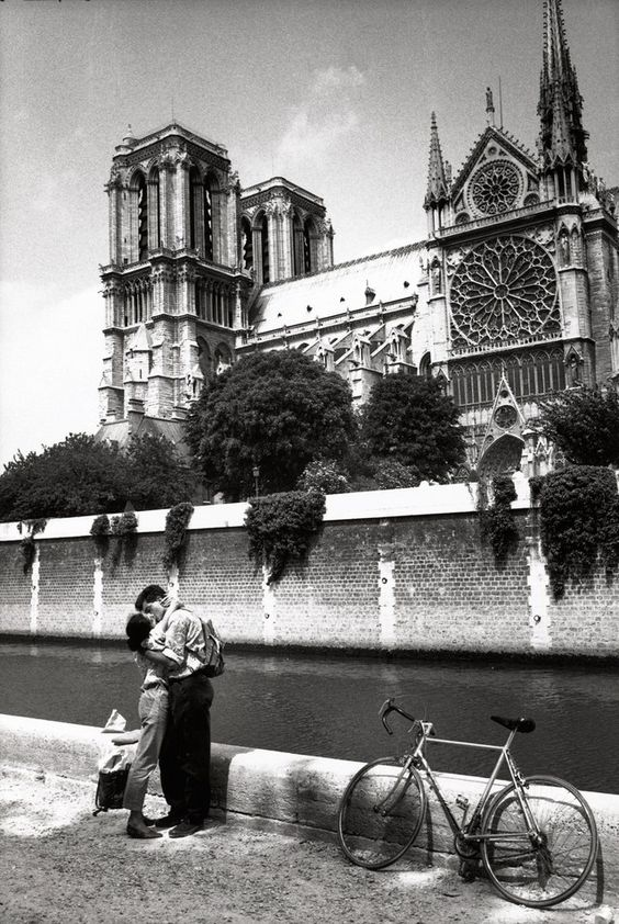 Deux amoureux devant Notre-Dame de Paris dans les années 50  \\ © Pierre MICHAUD