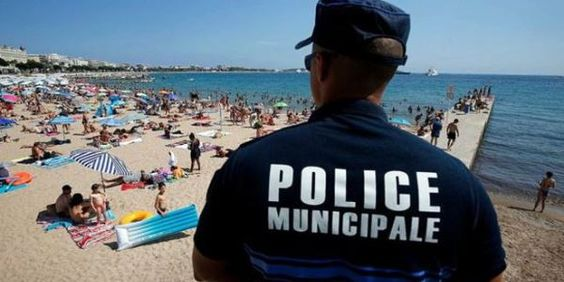 Prancis Larang Burkini Buah Islamofobia  Polisi Prancis tengah mengawasi pengunjung pantai dan akan mengusir wanita Muslim yang mengenakan burkini pakaian renang yang menutup seluruh tubuh dari kepala hingga kaki. (Foto: inet)  SALAM-ONLINE: Negara Prancis yang menerapkan nilai-nilai kebebasan nyatanya melakukan standar ganda jika menyangkut persoalan kaum Muslimin. Pelarangan mengenakan pakaian renang burkini adalah contohnya.  Burkini adalah Pakaian yang dikenakan wanita Muslim ketika…