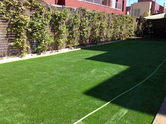 C sped artificial paraiso y jardineras con vigas de for Cesped artificial terraza