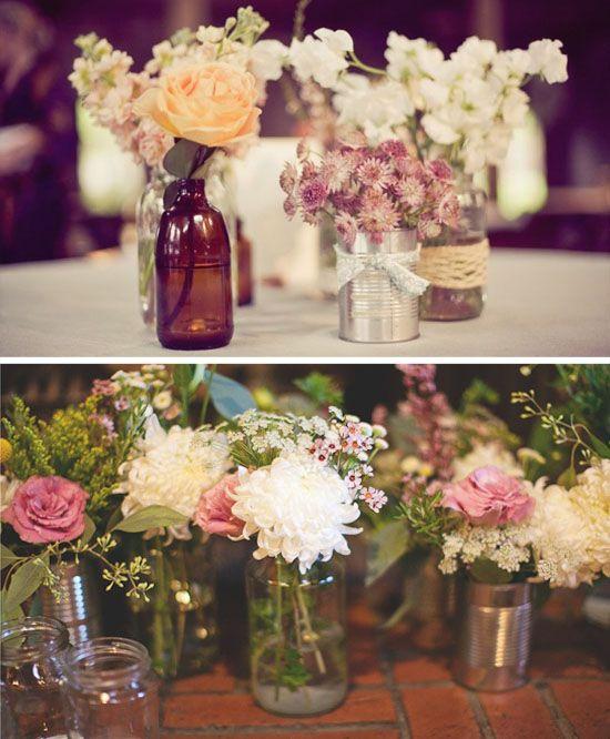 DIY mit Wow-Effekt: Gläser in verschiedenen Größen oder Dosen, verschönert mit Spitzen-Schleifen, dienen als Vasen für die Tischdekoration.