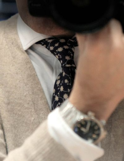 "Beige flowers over a white shirt"", you can pair a blue tie with everything/ Flores de color beige sobre una camisa blanca"", una corbata azul combina con todo"