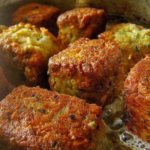 CROQUETTES POIS CHICHE 2 boîtes pois chiches,1 cc garam masala,1cc cumin,2cs 'huile d'olive,2 oeufs,50g chapelure, 1 yaourrt, 4 échalotes hachées,3 cas de persil haché 3 cas de coriandre, hachées sel, paprika Mixez les pois chiches avec les échalotes, les oeufs, le yaourt, la chapelure, les épices et les herbes. Formez des galettes avec la préparation aux pois chiches. Faites chauffer l'huile d'olive dans une poêle puis faites frire sur les deux faces les galettes environ 10 min au total.
