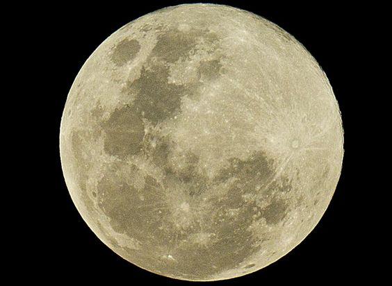 Beautiful shot of yesterday's (super) moon, by Flávio Florido. São Paulo, Brazil.