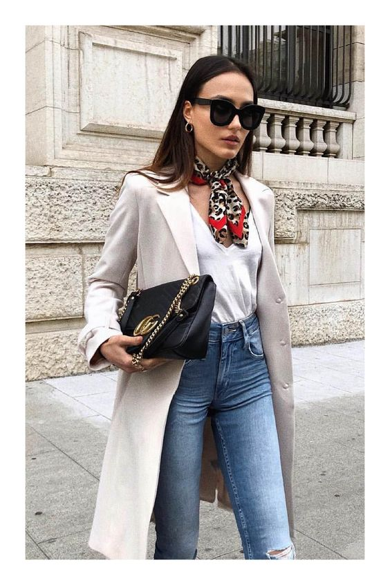 6 items que le darán ese toque de glamour a tu look #TiZKKAmoda #blusa #blanco #abrigo #beige #jeans #denim #pañuelo #lentes #look #fashion #bolsa