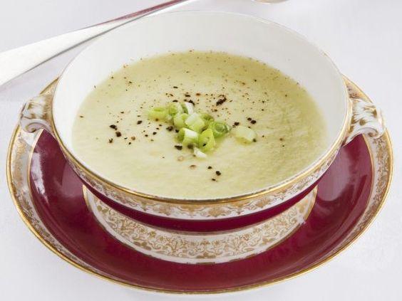Kalte Kartoffel-Porree-Suppe ist ein Rezept mit frischen Zutaten aus der Kategorie Lauchsuppe. Probieren Sie dieses und weitere Rezepte von EAT SMARTER!
