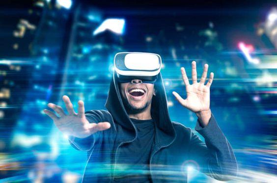 VRをつけた男性がとても笑顔な画像