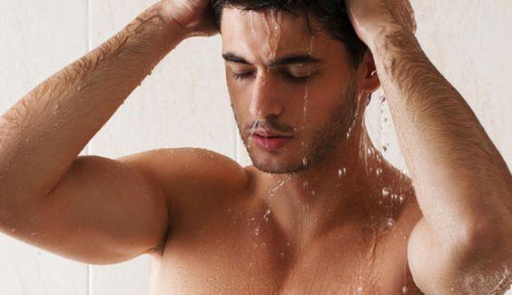 Lauwarmes Duschen hilft gegen Schweißgeruch, heißes Duschen dagegen fördert die Schweißbildung © Shutterstock