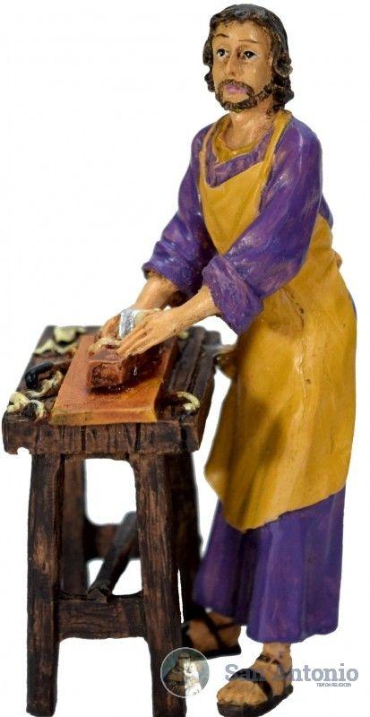 San José Obrero: San José Obrero, el carpintero de Nazaret, que con su trabajo remedió las necesidades de María y de Jesús e inició al Hijo de Dios en los trabajos de los hombres. Por esta razón, en el día, en el que se celebra la fiesta del trabajo en muchas partes del mundo, los obreros cristianos honran a san José como modelo y patrono suyo.