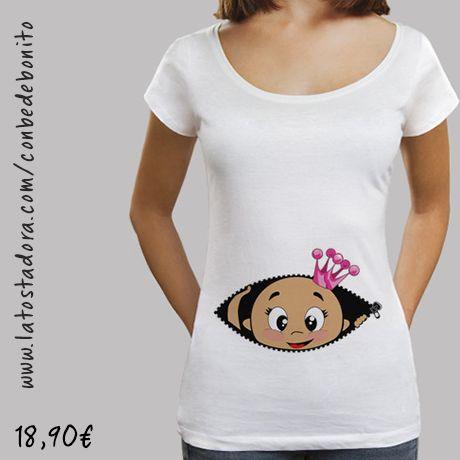 https://www.latostadora.com/conbedebonito/camiseta_cucu_bebe_asomando_corona_rosa_cuello_ancho_38_loose_fit_blanca/1427866