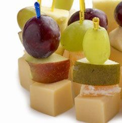 aqu tienes ideas para hacer unos ricos canaps con frutas frescas que visten la mesa
