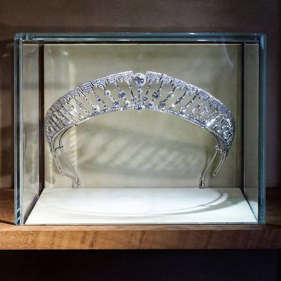 Fit for an ice queen: stalactite tiara by #Chaumet. #TiaraTuesday #diamonds #finejewelry #TheStoneSet
