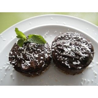 Gezonde chocoladetaartjesIngrediënten:  Benodigdheden voor de bodem:  125 ml ontpitte dadels 100 ml ongebrande, ongezouten pecannoten (of cashews) 60 ml kokossnippers Benodigdheden voor de vulling:  1 avocado 100 ml kokosmelk 1,5 el rauwe honing 125 ml rauwe cacaopoeder 2 el kokosolie 1/2 el vanillepoeder snufje zout