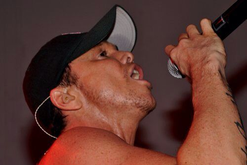 Netinho no seu show em palco em 2008.