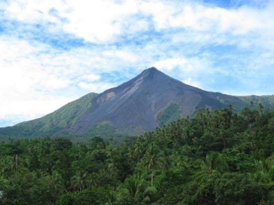 27 Gambar Pemandangan Gunung Meletus Pemandangan Dari Jendela Hotel Gunung Berapi Karang Etang Download Foto Foto Letusan Di 2020 Pemandangan Gunung Berapi Gambar