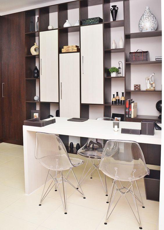 Escritório com armário planejado Studio Home e cadeiras em acrílico