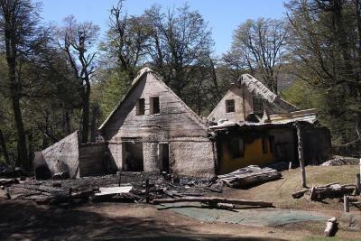 El refugio Neumeyer quedó destruido por el fuego, un mes atrás. Archivo