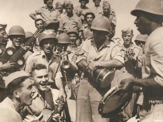 O Capitão Vernom Walters canta com os 'Pracinhas' o Hino Brasileiro  Celebrating the victory, Captain Vernon Walters sings with GIs the National Anthem of Brazil