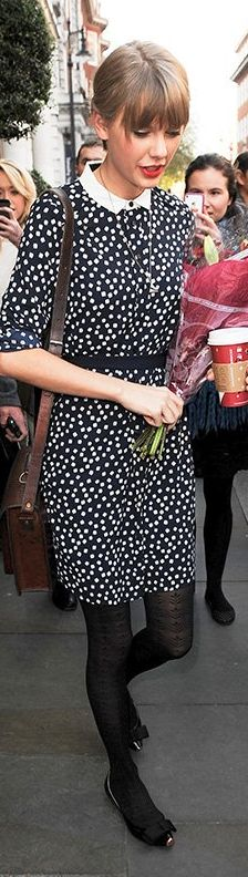 Who made  Taylor Swift's blue print dice dress and jewelry that she wore in London on November 7, 2012?