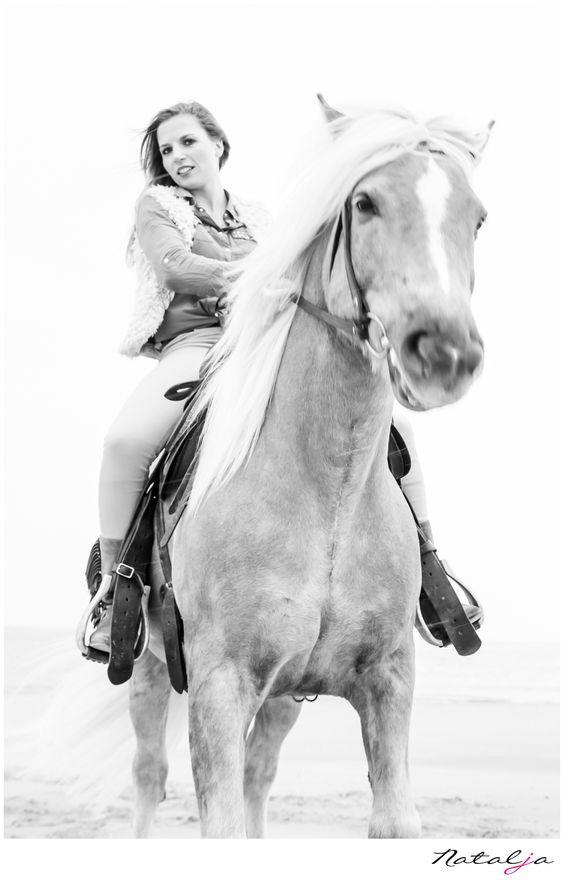 girl and horse shoot meisje met paard shoot snow sneeuw