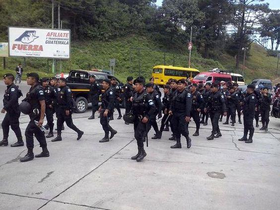@PNCdeGuatemala incumple decisión de Ministra y llegan antimotines a despojar a manifestas en San Julian