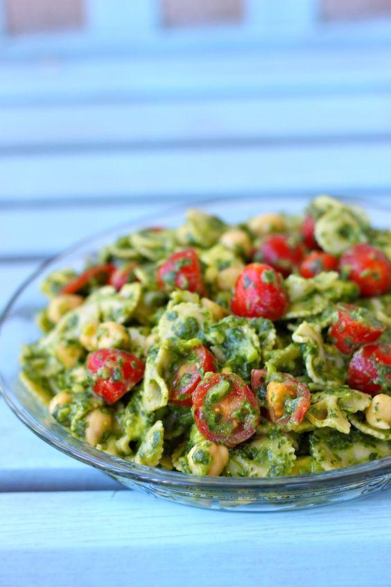 Salada diferente: abacate, tomate cereja, quinoa e limão para temperar. Gostaram?