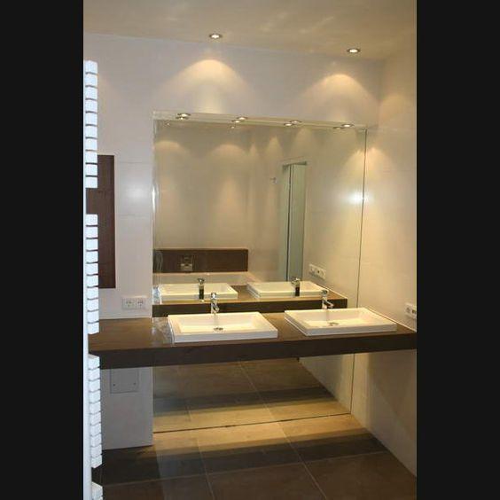 Designbadkamer met zwevend wastafelblad en doorlopende spiegel aan de achterzijde van plafond - Badkamer lay outs met douche ...