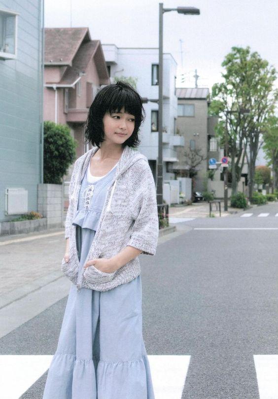 ブルーのマキシワンピースを着て横断歩道を渡る多部未華子の画像