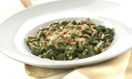 Ñoquis de espinaca con panceta y piñones http://www.hogarutil.com/cocina/recetas/ensaladas-verduras/201005/noquis-espinaca-panceta-pinones-3896.html