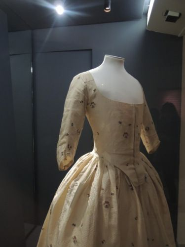 Silk gown and petticoat worn by Jane Bailey in 1780, along with the matching shoes and hat.