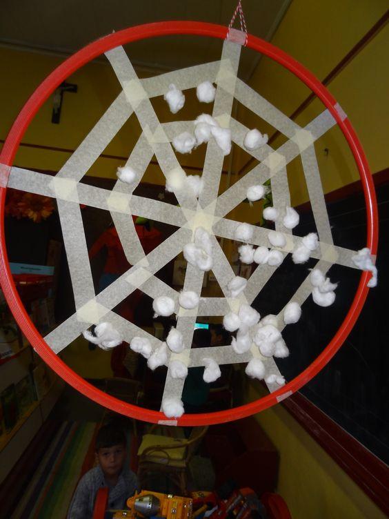 Motoriek: gericht werpen met behulp van een vlieg. Blijft de vlieg kleven in het spinnenweb of kan ze toch verder vliegen?