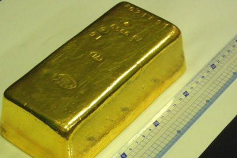 Homem é preso por roubar barra de ouro no valor de ¥ 63 milhões  Funcionário da Casa da Moeda do Japão foi preso por roubar uma barra de ouro de 15 quilos, avaliada em ¥63,84 milhões.