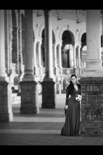 Blanco sobre negro.Novias de negro.bouquet blanco con mariposa de pluma negra y broches esmaltados del mismo tono.Por siempre jamás a tú lado algodondeluna@gmail.com o 606619349