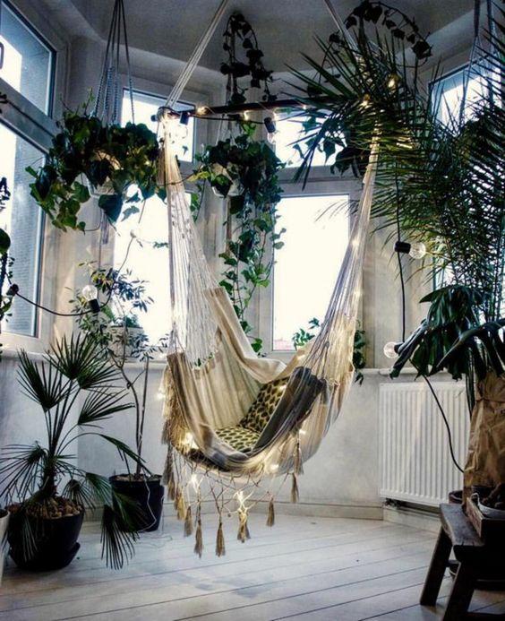 fauteuil suspendu interieur, pièce luineuse, plantes suspendues vertes