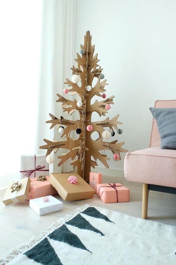 Se trata de árboles de Navidad alternativos. Está hecho de 100% cartón reciclado natural. Está montado con 6 detalles y puede guardarla plana debajo de la cama o cuando sin utilizar mucho espacio. Vuelve a poner próxima Navidad y decoración de vacaciones moderno escandinavo-como en