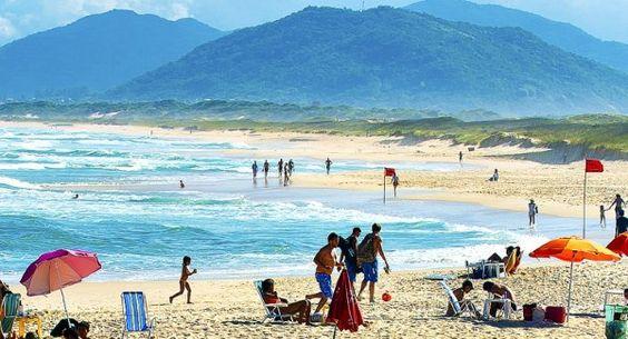 Praia da Joaquina – Florianópolis, Santa Catarina. São diversas praias em Florianópolis, porém Joaquina é a mais visitada e badalada entre as mesmas, e quarto lugar na seleção das 10 praias mais visitadas do país. São cerca de 3 km de extensão, com boas ondas para surfistas, onde já foram realizados vários campeonatos nacionais e internacionais de surfe. Outra atração, são as dunas que cercam a praia, onde é praticado o surfe sobre as dunas, também chamado de sandboard, é a diversão dos…