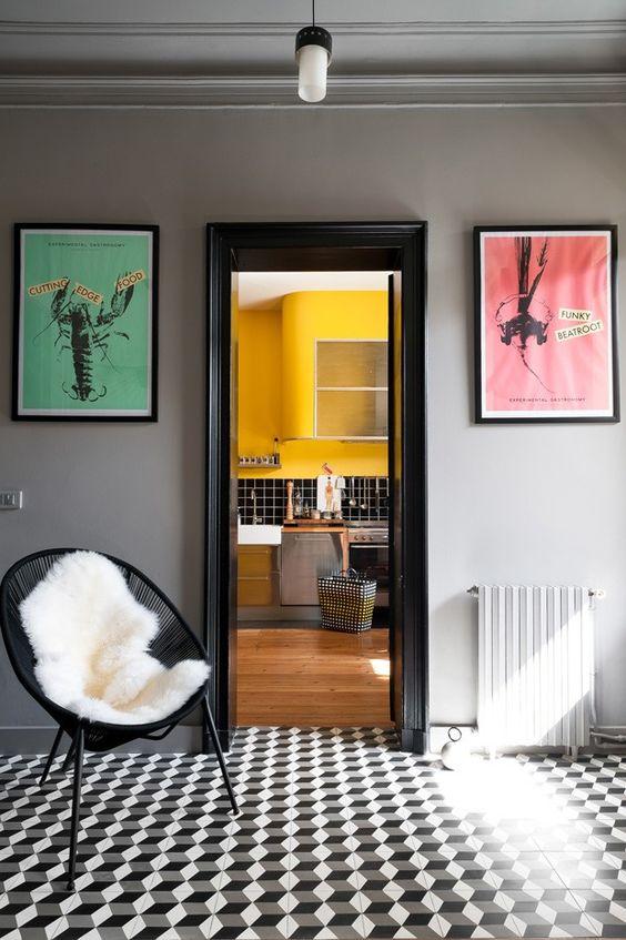 Um cômodo p&b e o outro, colorido: