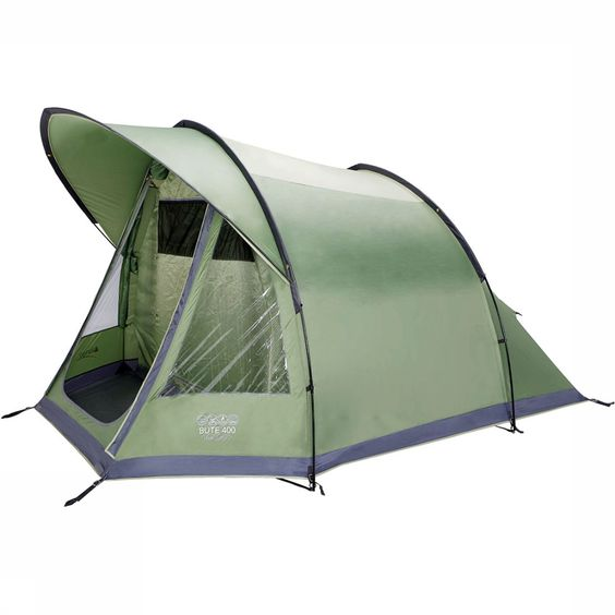 Weer of geen weer, met de Vango Bute 400 is kamperen altijd genieten. De riante binnentent biedt plek aan vier personen- al is het ook ideaal om er met z'n tweëen in te vertoeven. De opvallende luifel houdt de ingang van de tent droog, zodat je ook in regen en wind buiten kunt zitten. De PVC ramen bieden je zicht op de omgeving en de deur van (deels) muggengaas garandeert voldoende ventilatie in de binnentent. Kleurmarkeringen op de stokken vergroten het opzetgemak.