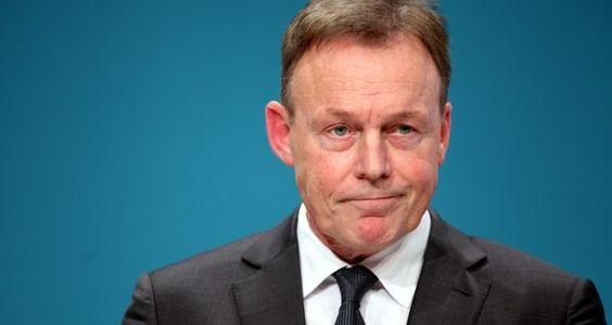 Rot-Rot-Grün sei zwar prinzipiellauch auf Bundesebene möglich, aber es müsse hinreichend inhaltliche Übereinstimmungen geben, die gibt es derzeit mit der Linkspartei noch nicht. Mit dem Wahlergebnis in Berlin ist Oppermann nicht zufrieden, aber mit Kritik an seiner SPD kann man nicht rechnen. Stattdessen gibt er die Schuld an die Union weiter.