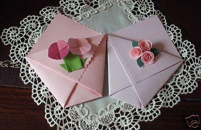 Delizionse bustine in cartoncino colorato e resistente, fatte con la tecnica dell'origami e arricchiti con fiori fatti a mano. Ideali per essere portaconfetti o riso durante le cerimonie più originali: Tutto rigorasamente handmade!