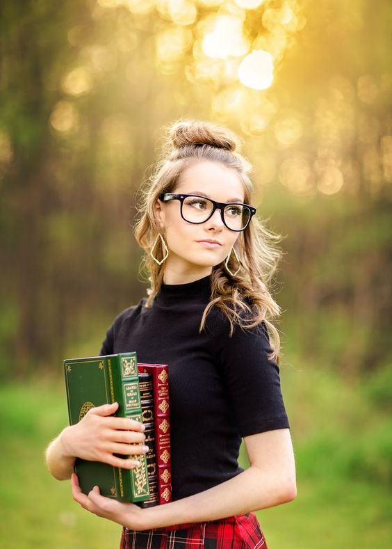 Natalie | Senior 2018 | Denton High School  senior, pictures, photography, portraits, high school, texas, tx, dfw, fort worth, bookworm, books, scholar, styled, shoot, session, plaid, skirt, glasses, park www.kyleeswisherphotography.com