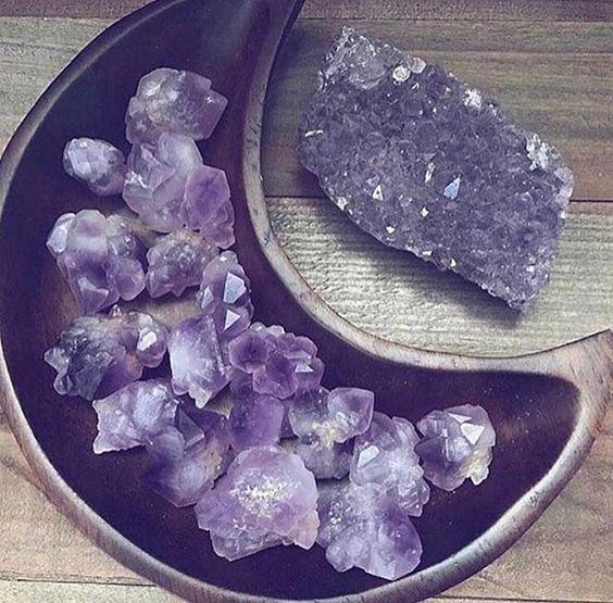 سنگ آمیتیس یا چاکرای تاج نمادی از اتصال به عشق، انرژی و قدرت است. سنگ جواهر آمیتیس در واقع یک تولید کننده میدان مغناطیسی است و از آنجایی که…