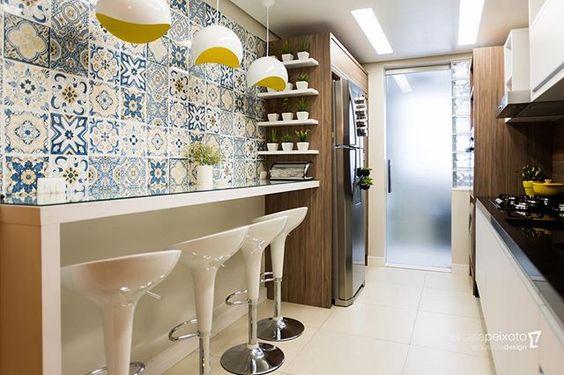 Sou apaixonada nessa cozinha! Projeto para uma cliente querida!  Este revestimento imitando azulejo português deu vida ao espaço!  @marcellapeixotoarquitetura {decor @eai.arq @painelverde } {@maricostaphoto}#marcellapeixotoarquitetura #cozinha #designdeinteriores #inspirations  @biancogres #meuprojetobiancogres #biancogres #biancotrends