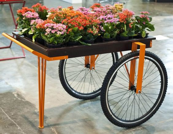 Assinado por Ricardo Rodrigues, o carrinho de apoio é feito de madeira, metal pintado e rodas e bicicleta. A peça foi exposta na Paralela Móvel, em São Paulo, pela NDT Brazil