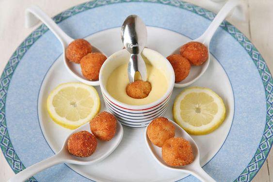 Una delle ricette pesce preferite dai bambini: le polpette di trota. Preparale con l'aiuto dei Genietti e accompagnale con la salsa olandese!