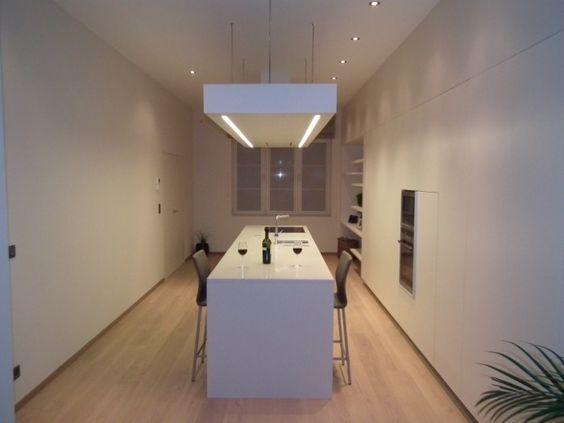 Strak moderne keuken. Let op de zwevende luifel waar dampkap en LED verlichting zijn ingewerkt.