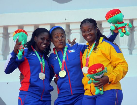 Con la cosecha de tres medallas, dos de plata y una de bronce, la delegación colombiana inició este lunes en el atletismo de pista y campo en el estadio Heriberto Jara de Xalapa, durante la décima jornada de los XXII Juegos Centroamericanos y del Caribe Veracruz 2014.
