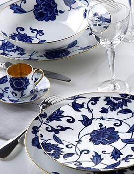 Bernardaud. Service de table porcelaine de Limoges : assiettes porcelaine blanche, porcelaine peinte indienne bleue.
